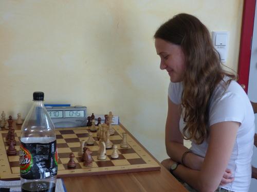 junge Dame am Schachbrett