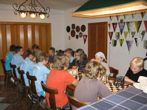 Kinder beim Schachspiel im Sportlerheim